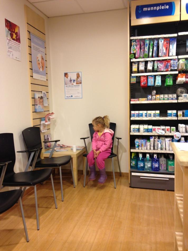 Venting på apoteket... Foto: Lena Borge